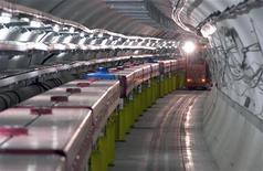 Туннель протонного суперсинхротрона в Европейском центре ядерных исследований (ЦЕРН). Ученые сообщили во вторник об обнаружении признаков существования бозона Хиггса - элементарной частицы, которая, предположительно, сыграла ключевую роль в появлении Вселенной после Большого взрыва. REUTERS/CERN-INFS/Handout