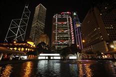 Финансовый район Гонконга. Фотография сделана 26 марта 2011 года. Китайский банковский регулятор решил отложить на неопределенный срок введение новых правил о достаточности банковского капитала на фоне растущих опасений о замедлении экономики, сообщила газета Economic Information Daily в среду. REUTERS/Bobby Yip