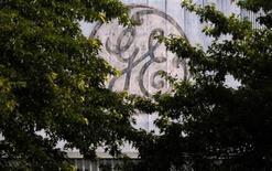Логотип General Electric Co. над входом на предприятие компании в Медфорде, штат Массачусеттс, 17 июля 2009 года. Прибыль General Electric Co в следующем году может показать рост более чем на 10 процентов благодаря высокому спросу в США и Азии, однако компания готовится к замедлению на европейском рынке. REUTERS/Brian Snyder
