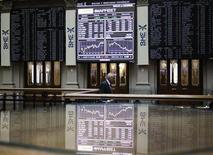 Человек проходит мимо электронных табло на бирже в Мадриде, 7 ноября 2011 г. Европейские фондовые индексы снижаются в среду вслед за Уолл-стрит, после того как ФРС предупредила, что кризис в Европе серьезно угрожает экономике США, но не предложила никаких новых мер поддержки. REUTERS/Andrea Comas