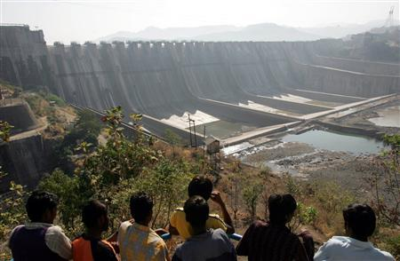 People look at the Sardar Sarovar Narmada dam in Kavadia, 194 km (121 miles) south of the Indian city of Ahmedabad, in this December 31, 2006 file photo. REUTERS/Amit Dave/Files