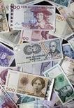 Шведские, норвежские и датские кроны в Стокгольме, 3 февраля 2011 г. Центральный банк Норвегии в среду понизил ключевую ставку на 50 базисных пунктов до 1,75 процента в ответ на резкое замедление экономики Европы и смягчение политики ЕЦБ. REUTERS/Bob Strong