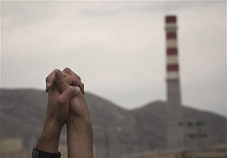 Iranian students hold up their hands as a sign of unity as they form a human chain around the Uranium Conversion Facility (UCF) to show their support for Iran's nuclear program in Isfahan, south of Tehran, November 15, 2011. REUTERS/Morteza Nikoubazl
