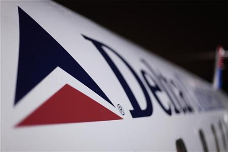 A Delta plane sits on a runway prior to takeoff at John F Kennedy International Airport in New York December 25, 2009.  REUTERS/Lucas Jackson