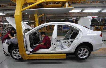 Employees work on an auto assembly line in Hefei, Anhui province, August 11, 2010.  REUTERS/Stringer