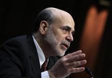 Глава ФРС США Бен Бернанке выступает в Вашингтоне, 1 марта 2011 года. Глава Федрезерва США Бен Бернанке заявил сенаторам-республиканцам, что ФРС не может себе позволить и не будет спасать европейские правительства или финансовые институты, сообщили законодатели. REUTERS/Jim Young