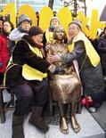12月14日、旧日本軍の元従軍慰安婦の支援団体「韓国挺身隊問題対策協議会」は、日本政府に謝罪や補償を求めて行われてきた「水曜集会」が1000回目を迎え、ソウルの日本大使館前に慰安婦問題を象徴する少女像を設置した(2011年 ロイター/Yonhap)