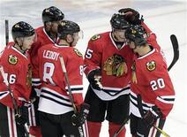 """Хоккеисты """"Чикаго"""" радуются голу в ворота """"Эдмонтона"""" в матче НХЛ 20 сентября 2011 года. """"Чикаго"""" сократил отставание от лидера Западной конференции """"Миннесоты"""", в гостях обыграв его со счетом 4-3 по буллитам. REUTERS/David Stobbe"""