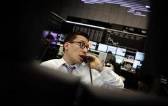 Трейдер работает в тоговом зале Франкфуртской фондовой биржи, 12 декабря 2011 года. Европейские фондовые рынки открылись ростом в четверг благодаря страховому сектору, так как акции Old Mutual подскочили на 11 процентов в связи с его планом продать подразделение за $3,2 миллиарда. REUTERS/Kai Pfaffenbach