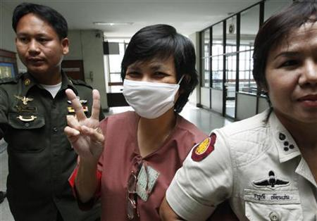 Darunee Charnchoengsilpakul, a supporter of ousted premier Thaksin Shinawatra, gestures after leaving a courtroom in Bangkok August 28, 2009. REUTERS/Sukree Sukplang/Files