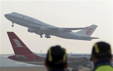 An Air China Boeing 747-400 passenger jet, which is filled with mixture of biofuel and aviation kerosene, takes off on an inauguration test flight at Beijing Captital International Airport in Beijing, October 28, 2011. REUTERS/China Daily