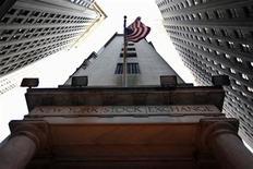 Американский флаг на здании Нью-Йоркской фондовой биржи. Фотография сделана 9 ноября 2011 года. Американские акции выросли в четверг, поскольку хорошие экономические данные и превысившие прогнозы результаты FedEx перевесили опасения о кризисе в Европе. REUTERS/Brendan McDermid