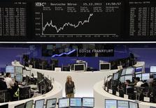 Трейдеры работают в торговом зале Франкфуртской фондовой биржи, 15 декабря 2011 года. Европейские рынки акций открылись ростом в пятницу вслед за США и Азией, так как признаки жизнестойкости экономики США улучшили настроение, а удорожание металлов поддержало горнорудные акции. REUTERS/Remote/Sonya Schoenberger