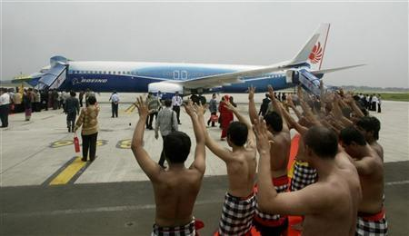 Indonesian dancers perform near a new Boeing 737-900 ER series plane during its official launch by Indonesia's Lion Air at the Sukarno Hatta Airport in Jakarta April 30, 2007. REUTERS/Crack Palinggi