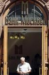 Мужчина выходит из офиса Банка Москвы в центре Москвы, 1 июля 2011 г. Второй по величине госбанк РФ ВТБ увеличил долю в Банке Москвы до 92,2 процента с 80,57 процента, сообщил Банк Москвы. REUTERS/Denis Sinyakov