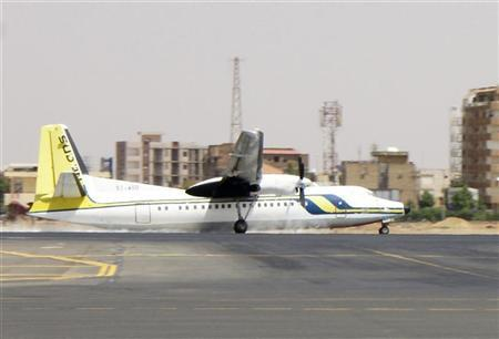 A Sudan Airways Fokker 50 plane with 45 people on board makes an emergency landing after experiencing a problem with its landing gear at Khartoum airport October 2, 2011.  REUTERS/Stringer