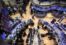Торговый зал биржи на Уолл-стрит в Нью-Йорке, 13 декабря 2011 года. Фондовые индексы США выросли в начале торгов в пятницу благодаря усилившемуся аппетиту инвесторов к рисковым активам на фоне роста евро и снижения ставок доходности по облигациям еврозоны. REUTERS/Brendan McDermid