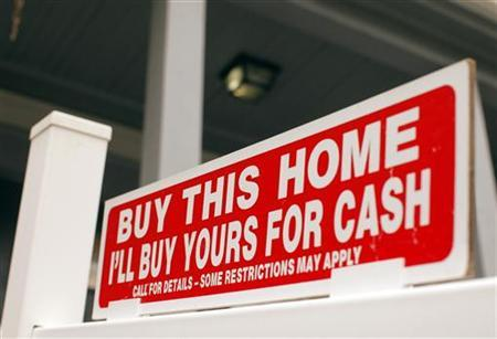 The sign on a property for sale in Somerville, Massachusetts reads, ''Buy This Home I'll Buy Yours For Cash'' October 25, 2010.    REUTERS/Brian Snyder