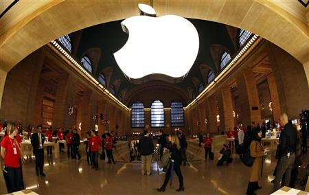 The Apple Inc. logo hangs inside the newest Apple Store in New York City's Grand Central Station December 7, 2011, during a press preview of the store, which opens to the public on Friday. REUTERS/Mike Segar