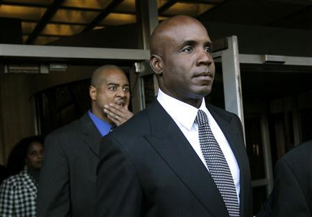 Former San Francisco Giants outfielder Barry Bonds leaves the U.S. federal courthouse following his sentencing hearing in San Francisco, December 16, 2011. REUTERS/Robert Galbraith