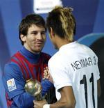 Lionel Messi, do Barcelona, é cumprimentado por Neymar após final do mundial de clubes em  Yokohama, Japão. 18/12/2011 REUTERS/Kim Kyung-Hoon