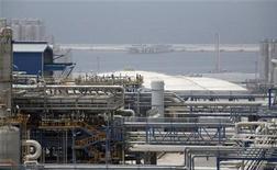 Нефтяная станция в морском порту в 900 километрах к юго-западу от Тегерана, 2 июля 2007 года. Иран подписал соглашение с российским нефтепроизводителем Татнефтью на сумму $1 миллиард о разработке нефтяного месторождения, сообщили несколько официальных источников. REUTERS/Raheb Homavandi