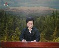 Плачущая телеведущая объявляет о смерти лидера Северной Кореи Ким Чен Ира в эфире новостей государственного телеканала, 19 декабря 2011 года.  Многолетний лидер Северной Кореи Ким Чен Ир скончался в субботу во время железнодорожной поездки, сообщило государственное телевидение КНДР в понедельник.  REUTERS/KRT via Reuters TV NORTH KOREA OUT