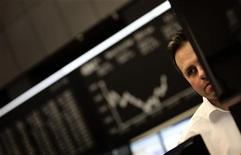Трейдер следит за торгами на фондовой бирже во Франкфурте-на-Майне, 12 декабря 2011 года. Европейские рынки акций открылись снижением в понедельник после сообщения о смерти северокорейского лидера Ким Чен Ира, которое заставило инвесторов бояться нестабильности в регионе. REUTERS/Kai Pfaffenbach