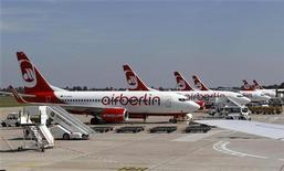 Самолеты Air Berlin в берлинском аэропорту Тегель, 18 августа 2011 года. Авиакомпания Etihad Airways со штаб-квартирой в Абу-Даби увеличит долю в обремененной долгами Air Berlin с 3 до почти 30 процентов, потратив на это порядка 73 миллионов евро ($95 миллионов). REUTERS/Fabrizio Bensch (GERMANY - Tags: TRANSPORT BUSINESS)