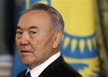 Президент Казахстана Нурсултан Назарбаев на саммите Евразийского экономического сообщества в Москве 19 декабря 2011. Стоимость страхования суверенного долга Казахстана от дефолта сроком на пять лет выросла на 8 базисных пунктов в понедельник, достигнув максимума 2,5 месяцев на фоне беспорядков на западе страны. REUTERS/Mikhail Metzel/Pool