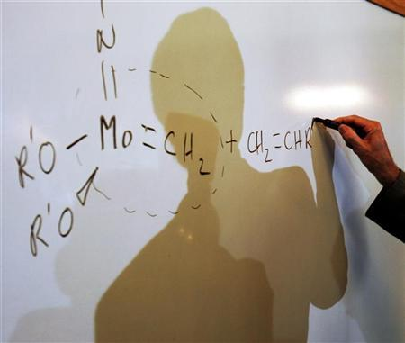 Massachusetts Institute of Technology professor and 2005 Nobel Prize in Chemistry winner Richard Schrock illustrates a double carbon bond at the Massachusetts Institute of Technology in Cambridge, Massachusetts, October 5, 2005. REUTERS/Brian Snyder