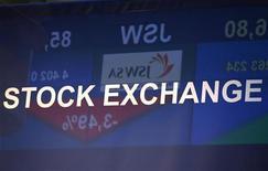 Табло с котировками индекса WIG20 отражается в вывеске Варшавской фондовой биржи 23 ноября 2011 года. Европейские рынки акций закрылись в небольшом минусе в понедельник на фоне снижения бумаг горнорудного сектора после слабых данных Китая о рынке недвижимости и из-за увядания общего оптимизма относительно решения проблем долгового кризиса еврозоны. REUTERS/Peter Andrews