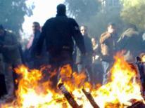 Протестующие против режима президента Сирии Башара аль-Асада в Дамаске 19 декабря 2011 года. Правозащитники сообщили о гибели более 100 человек в понедельник вскоре после того, как Лига арабских государств объявила, что направит в охваченную народными выступлениями страну своих представителей на этой неделе. REUTERS/Handout