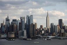 Вид на Нью-Йорк со стороны Манхэттена 15 октября 2011 года. Компания, связанная с Екатериной Рыболовлевой, 22-летней дочерью бизнесмена Дмитрия Рыболовлева, приобретает апартаменты в Нью-Йорке, сообщил Рейтер представитель семьи в комментарии, присланном по электронной почте. REUTERS/Gary Hershorn