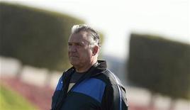 O técnico da seleção do Catar, Sebastião Lazaroni, em sessão de treino em Doha, em dezembro. Lazaroni foi demitido após menos de cinco meses no cargo, apesar de ter deixado a equipe do Golfo praticamente classificada para a quarta fase das eliminatórias da Copa do Mundo de 2014 no Brasil. 08/12/2011 REUTERS/Fadi Al-Assaad