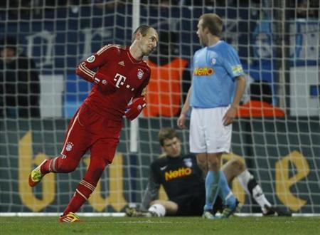 Bayern Munich's Arjen Robben (L) celebrates a goal against Bochum during their German soccer cup (DFB-Pokal) match in Bochum December 20, 2011. REUTERS/Ina Fassbender