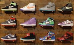 Обувь Nike в магазине Niketown в Беверли-Хиллз, Калифорния 17 марта 2010 года. Квартальные показатели Nike Inc оказались лучше оценок Уолл-стрит благодаря популярности основного бренда, особенно на развивающихся рынках. REUTERS/Lucy Nicholson
