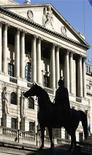 Вид на здание Банка Англии в Лондоне 19 марта 2008 года. Руководство Банка Англии оставило за собой возможность дополнительного вливания средств в экономику в феврале, рассудив, что время нового смягчения пока не пришло, учитывая неопределенность в отношении европейского кризиса. REUTERS/Luke MacGregor