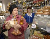 Женщина стоит возле кассы в магазине во Владивостоке 17 марта 2009 года. Индекс потребительских цен в РФ с 13 по 19 декабря прибавил 0,1 процента шестую неделю подряд, сообщил Росстат. REUTERS/Yuri Maltsev