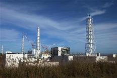 """Поврежденная землетрясением и цунами АЭС компании TEPCO Фукусима-1 в префектуре Фукусима 12 ноября 2011 года. Вывод из эксплуатации атомной электростанции """"Фукусима-1"""" может занять три или четыре десятилетия, заявило правительство Японии в среду, объявив о планах нового этапа колоссальной и дорогостоящей очистки разрушенной АЭС. REUTERS/David Guttenfelder/Pool"""
