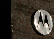 Логотип Motorola на здании компании в Шомберге, штат Иллинойс, 3 февраля 2009 года. Комиссия по международной торговле США признала компанию Motorola Mobility виновной в нарушении патента Microsoft при создании мобильных телефонов Android, сообщили компании во вторник. REUTERS/John Gress