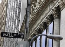 Уличный указатель на здании Нью-Йоркской фондовой биржи 13 мая 2011 года. Американские фондовые индексы показали небольшое снижение в начале торгов среды на фоне роста сомнений инвесторов в том, что предоставленная ЕЦБ ликвидность сможет укрепить кредитоспособность еврозоны. REUTERS/Shannon Stapleton