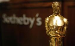 """""""Оскар"""", врученный Орсону Уэллсу за сценарий к """"Гражданину Кейну"""", на аукционе Sotheby's 12 октября 2007 года. """"Оскар"""", который Орсон Уэллс получил в 1942 году за сценарий к фильму """"Гражданин Кейн"""", был продан во вторник за $861.542. REUTERS/Shannon Stapleton"""