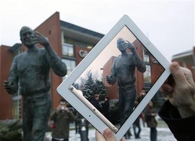 Hungary tech firm immortalizes Steve Jobs in bronze