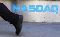 Мужчина проходит мимо здания NASDAQ в Нью-Йорке 30 апреля 2010 года. Технологические акции Уолл-стрит снизились в среду и столкнули индекс Nasdaq вниз на 1 процент после того, как Oracle отчитался о результатах, заставивших усомниться в состоянии сектора. REUTERS/Lucas Jackson