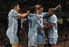 """Игроки """"Манчестер Сити"""" радуются голу в ворота """"Стоук Сити"""" в матче английской Премьер-лиги в Манчестере 21 декабря 2011 года. Оба клуба из Манчестера добились в среду легких побед в 17-м туре английской Премьер-лиги и сохранили за собой два верхних места в турнирной таблице. REUTERS/Phil Noble"""