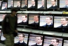 Мужчина проходит мимо магазина бытовой техники в Москве 7 мая 2008 года. Уходящий президент Дмитрий Медведев в преддверии очередного многотысячного митинга пообещал создать в России общественное телевидение, возможно - вместо одного из подконтрольных властям телеканалов, вещающих на всю страну. REUTERS/Sergei Karpukhin  (RUSSIA)