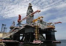 Установка для глубоководного бурения Ensco 8500 на верфи в Сингапуре 28 июня 2008 года. Цены на Brent близки к $108 за баррель, так как взрывы в Ираке заставили инвесторов беспокоиться по поводу поставок нефти с Ближнего Востока. REUTERS/Vivek Prakash
