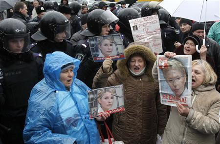 Supporters of imprisoned former Ukrainian Prime Minister Yulia Tymoshenko protest before an appeal hearing outside a court building in Kiev December 20, 2011.  REUTERS/Gleb Garanich