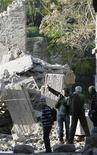 """<p>Imagen de archivo de los restos derrumbados de la """"casa de los gladiadores"""" en Pompeya, Italia, nov 6 2010. Una columna de una casa romana en Pompeya se derrumbó el jueves, renovando los temores por el estado de una ciudad que quedó congelada en el tiempo cuando el monte Vesubio hizo erupción hace 2.000 años, enterrando vivos a muchos de sus habitantes pero conservando sus hogares. REUTERS/Ciro De Luca</p>"""